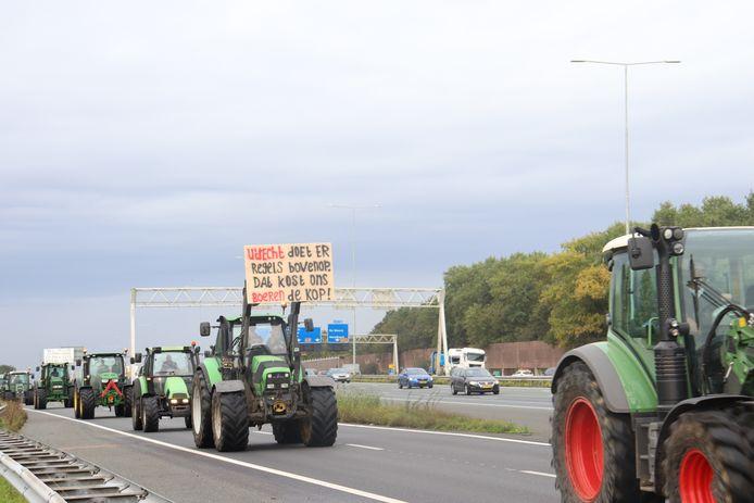 De boeren rijden over de snelweg richting het provinciehuis.