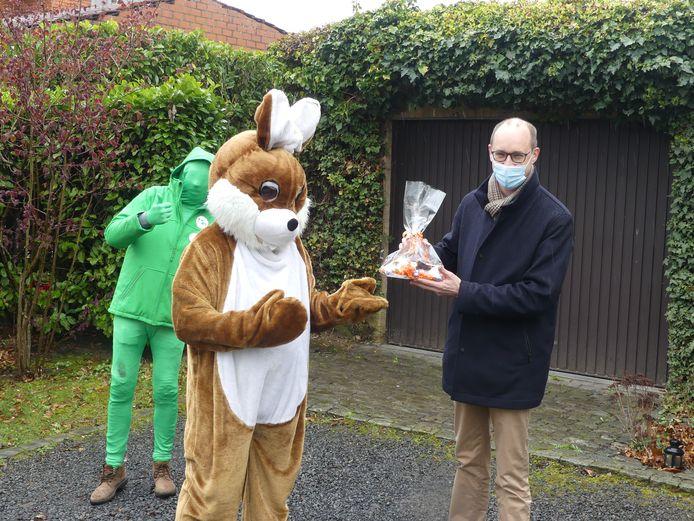 Minister Van Peteghem kreeg van de paashaas een pakketje chocolade van bij de lokale bakker in De Pinte.