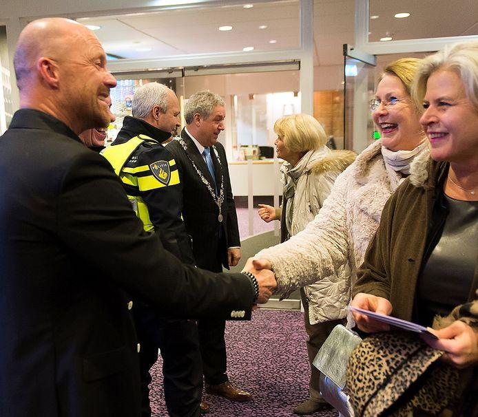 De bezoekers werden hartelijk in Roosendaal onthaald door geheel links Ad van Rijen van Wijzijn. Op de achtergrond burgemeester Jacques Niederer en politiechef Rens van de Oever. Foto René Schotanus/Pix4Profs
