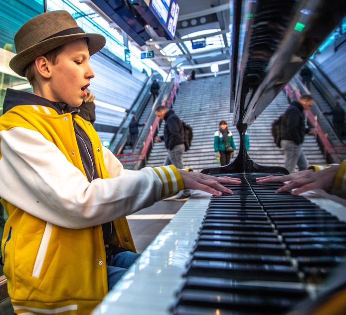 Bas Schipper (12) uit Veendam neemt bij de stationspiano samen met NS een promovideo op. Hij gaat volgende maand op één dag alle stationspiano's bespelen, en zamelt daarmee geld in voor het Diabetesfonds.