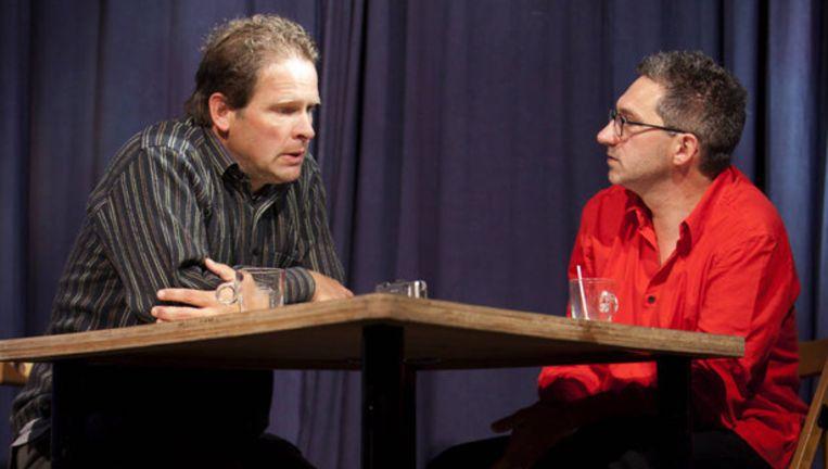 Frénk van der Linden interviewt Erik van Muiswinkel in het Parool Theater. Van der Linden geeft met zijn indringende documentaire nu eens een kijkje in zijn eigen leven. Foto Jan van Breda Beeld
