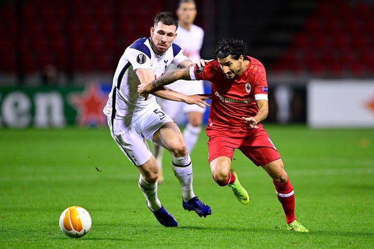Antwerp-speler Lior Refaelov snelt voorbij Pierre-Emile Hojberg van Tottenham. Beeld BELGA