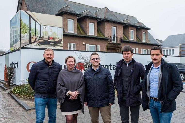 Michel Verhoeven (Kolmont), Marjolein Luyten (Vulpia), OCMW-schepen Gert Heylen, burgemeester Dirk Claes en architect Koen Laurijssens aan het oud gemeentehuis.