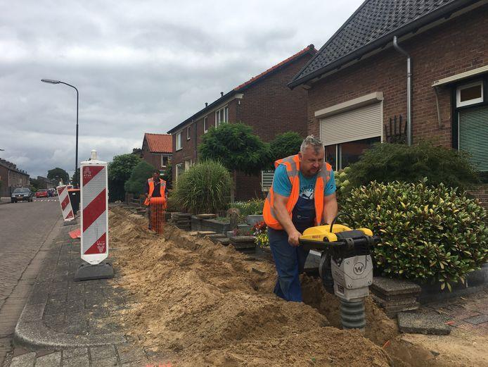 Aanleg van het glasvezelnetwerk van KPN aan de Buizerdweg in Apeldoorn.