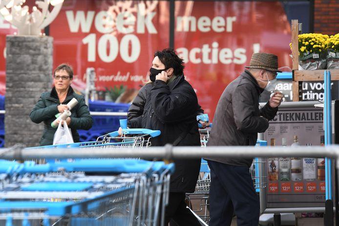 De meeste klanten die bij de Albert Heijn in Mill moeten zijn, dragen een mondkapje.