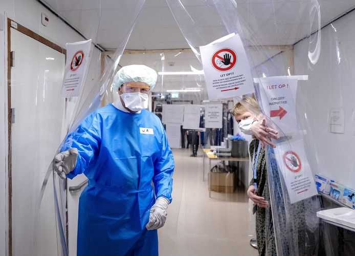 El rey Willem Alexander, con equipo de protección, visita una sala con pacientes hambrientos en el Hospital Van Weil Bethesda en Dirksland.