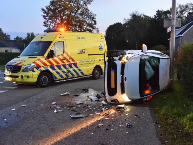 Auto belandt op zijkant bij botsing in Etten-Leur