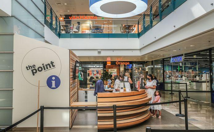 """Beneden komt een ruim pand voor een servicepunt: 'The Point'. """"Wie online aankopen doet in een van de winkels, kan daar zijn aankopen komen afhalen."""" Het zal dit huidige kleine afhaalpunt vervangen."""
