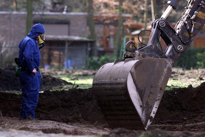 Een medewerker van een milieulaboratorium bij het afgegraven van vervuilde grond in Bakel