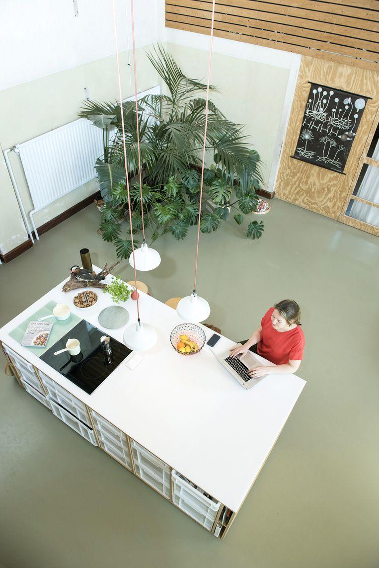 'Het keukenblok is één grote snijplank en van 's ochtends tot 's avonds het middelpunt in ons huis. We ontbijten, werken, koken en eten vaak aan deze bar.' Beeld Els Zweerink