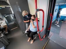 Eerste dag van GGD-prikbus levert in Kesteren 55 coronaprikken op: 'Boven verwachting'