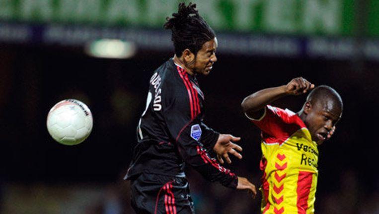 Urby Emanuelson van Ajax (l) in duel met Nigel Hasselbaink (r) van Go Ahead Eagles. Foto ANP Beeld