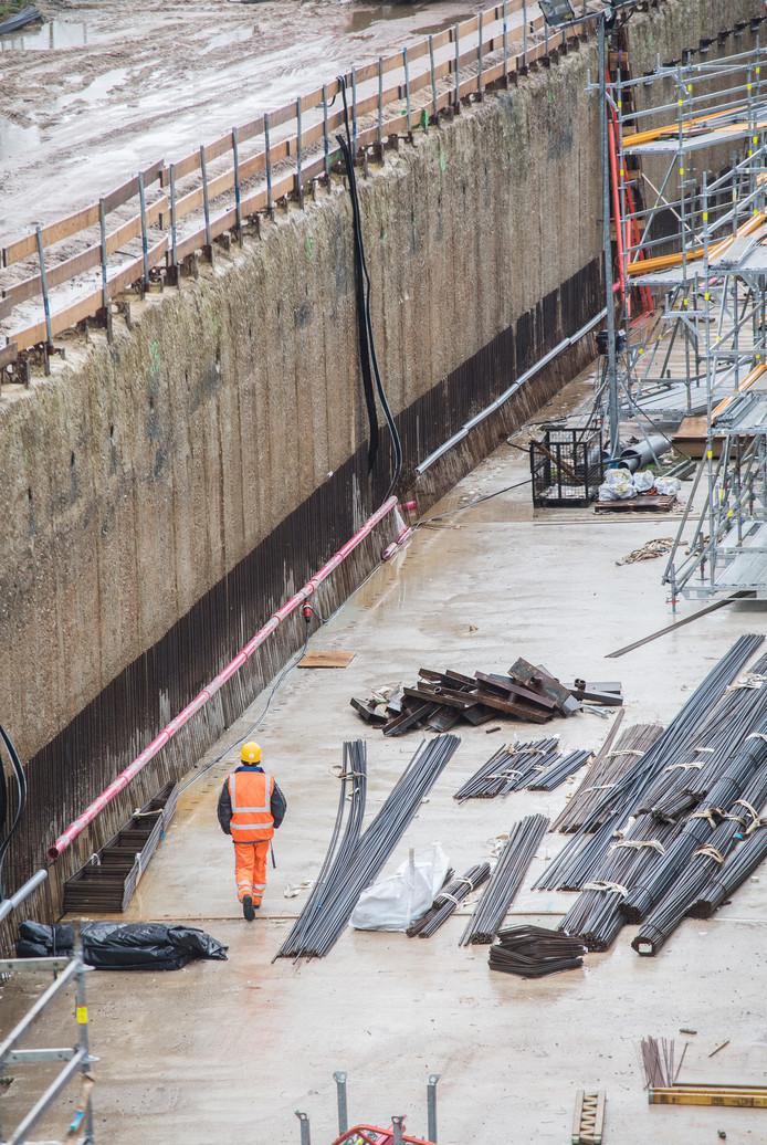 Op deze plek moet voor de betonnen buitenmuur van de tunnel nog een betonnen binnenmuur worden gestort.