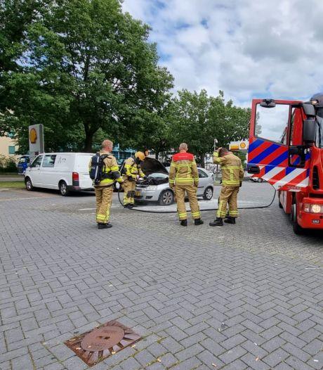 Autobrand aan Lange Amerikaweg in Apeldoorn: brandweer blust voertuig vlak naast tankstation
