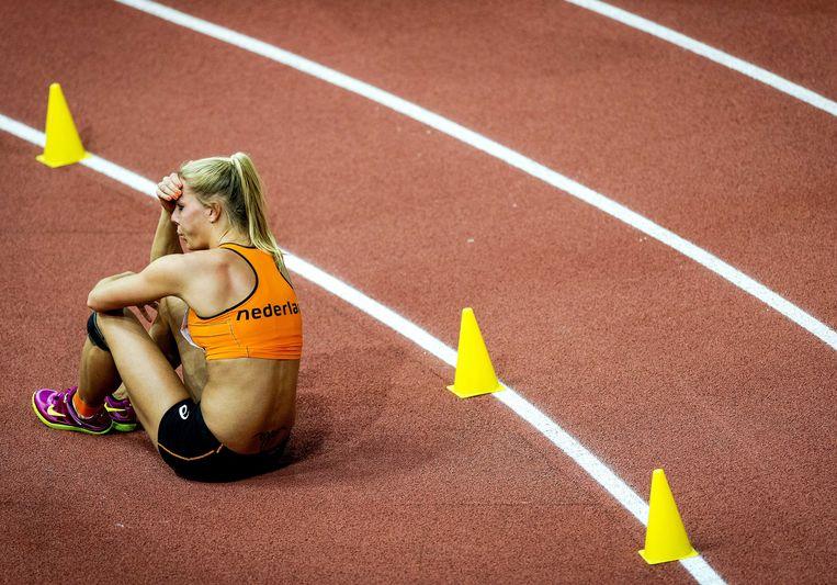 2015-03-06 12:04:32 PRAAG - Nadine Broersen in tranen tijdens het hoogsringen op de meerkamp tijdens het EK atletiek indoor in Tsjechie. ANP ROBIN VAN LONKHUIJSEN Beeld null