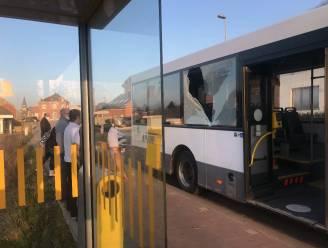 Lijnbus moet uitwijken voor fietser en ramt verkeersbord