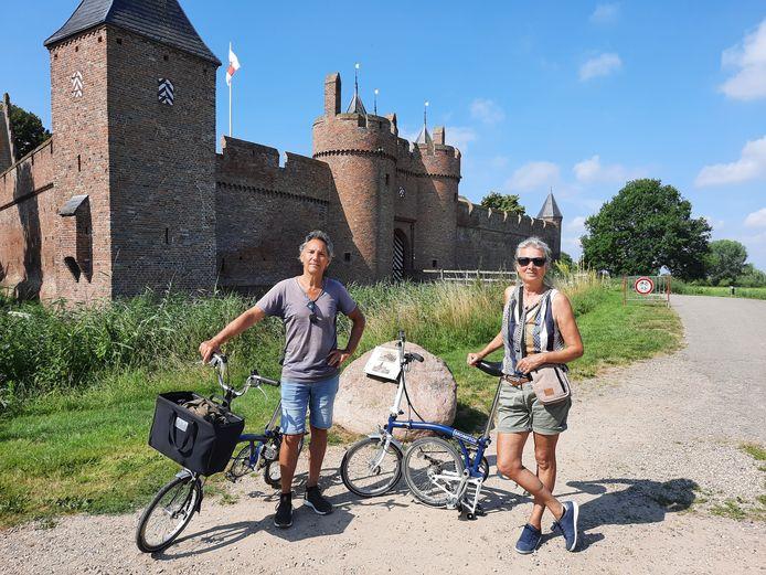 Bekoorlijke Betuwe: Marion en Marcel op weg met hun bromptons