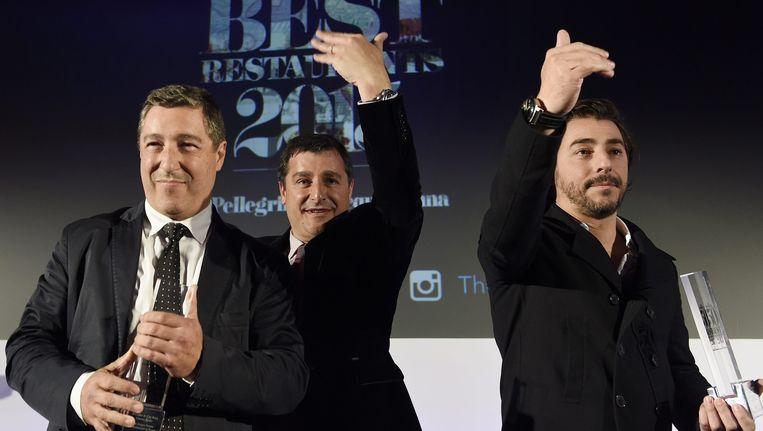 De drie Catalaanse broers die samen het eigenaarstrio van El Celler de Can Roca uitmaken, nemen hun award voor 'Beste Restaurant' in ontvangst.