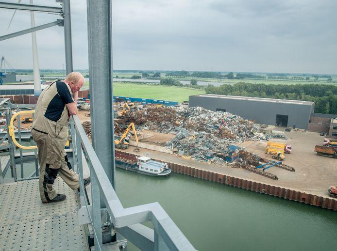 In de haven van Kampen gaat alles nog gewoon door, ondanks corona. (archieffoto)
