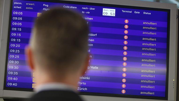 Heel wat geannuleerde vluchten op de borden in de luchthaven van Frankfurt. Beeld Getty Images