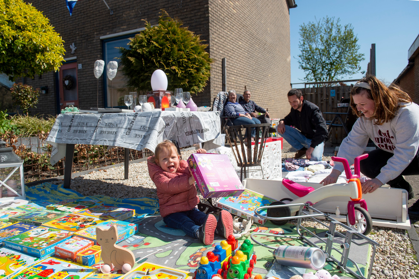 Het gezin Alberts maakt een echt familiefeest van de kleedjesmarkt. Behalve Jeffrey, Raluca en hun dochter, Emma, genieten ook opa en oma mee.