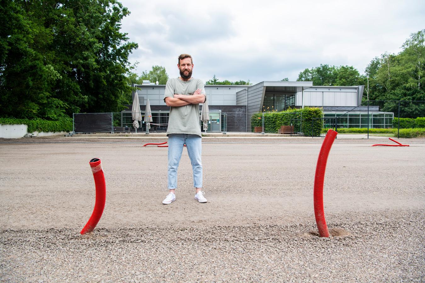 Padel is razend populair. In Apeldoorn zijn er tot nu toe alleen binnenbanen, maar dat gaat veranderen. Vestigingsmanager Ward Brink op de plek waar de banen komen.