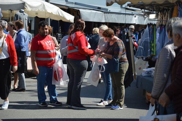 Leden van het ABVV voeren actie op de markt in Ninove.