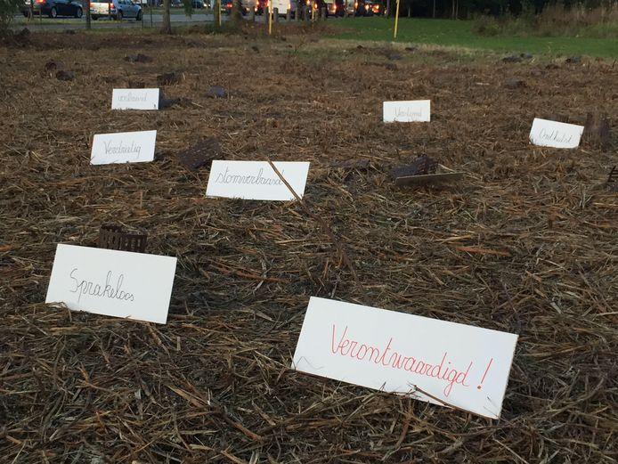 Arnold Peeters liet op de plekken waar de boompjes stonden een verontwaardigde boodschap achter.