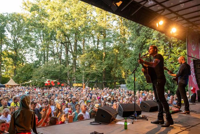Optreden van Douwe Bob tijdens de tweede editie van Strawberry Fields in Dedemsvaart. COPYRIGHT ALEX MULDER
