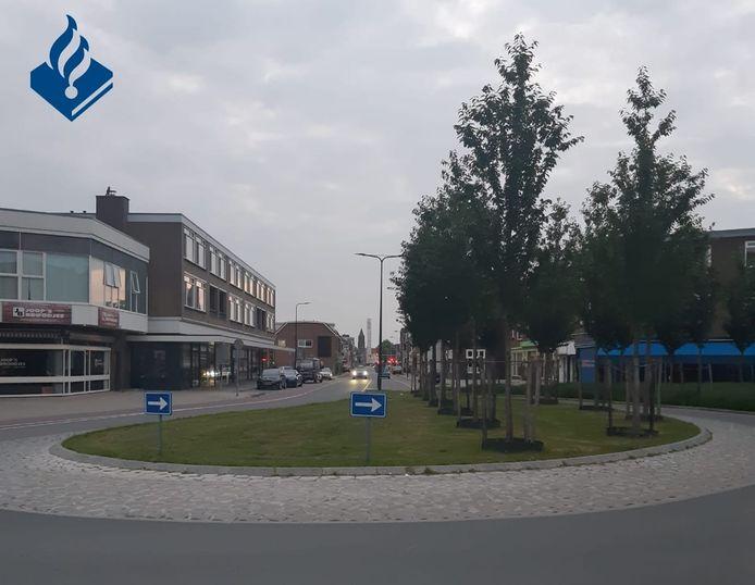 De verplichte rijrichting op het verkeersplein aan de Raiffeisenstraat.