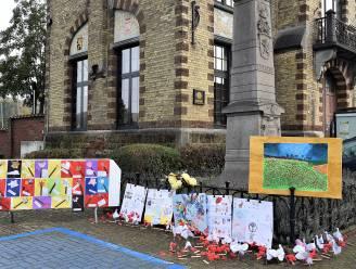 Gemeenteschool Dworp versiert oorlogsmonument met vredesboodschappen