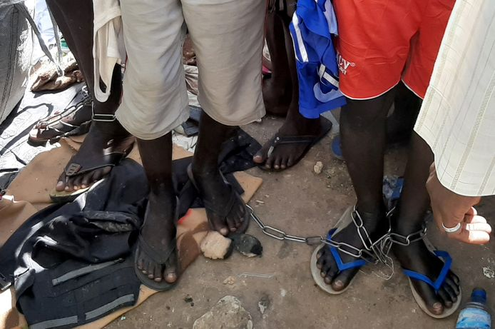 De kinderen werden met kettingen vastgebonden en mishandeld.