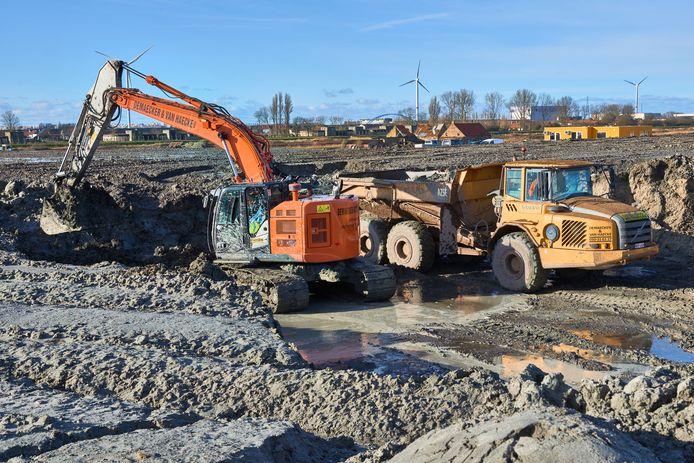 In – jawel – de haven van Zeebrugge zijn de werken aan het tijdelijk bouwdok, waar de Antwerpse Scheldetunnel wordt gebouwd, begonnen.