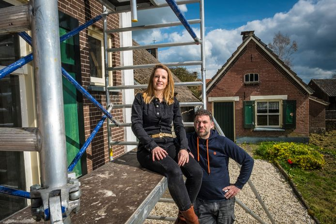 Minou en Merijn Gosker vinden tal van bijzonderheden in de boerderij waar de bekende streekromanschrijfster Annie Oosterbroek woonde en waar vroeger herberg Het Zwarte Paard was gevestigd.