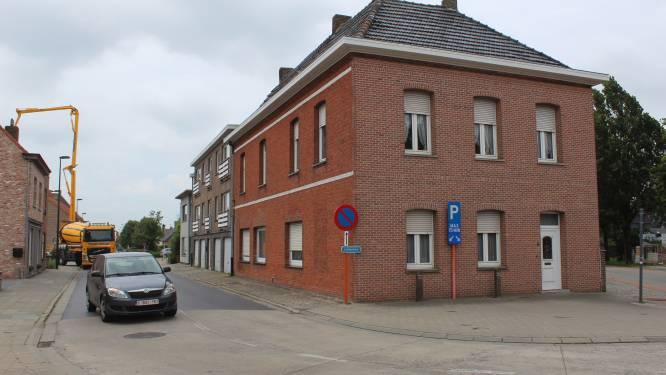 """Gemeente koopt en sloopt huis en appartement voor veiliger kruispunt, maar dat roept ook vragen op: """"930.000 euro voor twee panden die we gaan afbreken, is veel geld"""""""