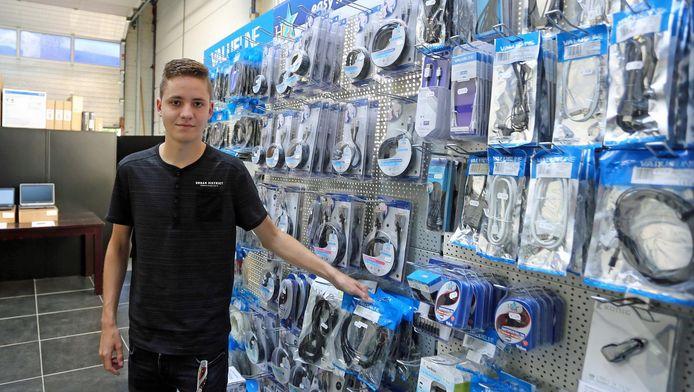 """De nieuwe directeur Yanno Luijendijk in zijn computerwinkel in Zuidland. """"Wat zegt het dat ik 17 ben? Dit is gewoon een grote kans.''"""