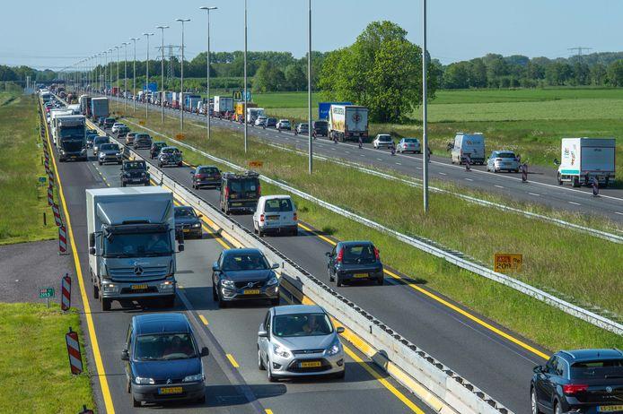 Files op de A50 door het wegonderhoud dit voorjaar tussen Vaassen en Apeldoorn.