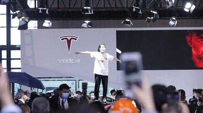 """La scène filmée lundi montre une femme juchée sur le toit d'une voiture, criant qu'elle avait failli mourir lorsque les freins de sa Tesla avaient lâché. Elle portait un t-shirt avec le logo de Tesla et les mots """"freins défaillants""""."""