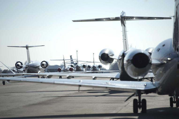 Privévliegtuigen arriveren op Maastricht Aachen Airport met bezoekers voor een editie van de kunstbeurs Tefaf. Beeld ANP