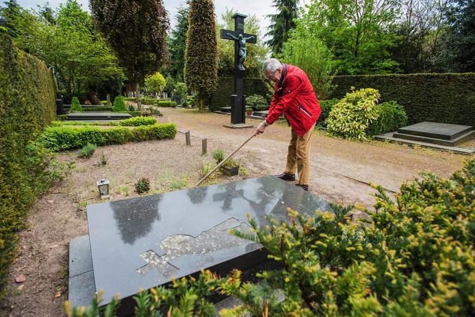 Jan Schakel bij het graf van Arnold Meijer in Oisterwijk.