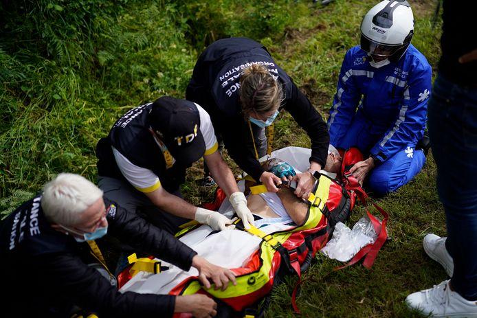 Cyril Lemoine wordt met nog onbekende verwondingen afgevoerd.