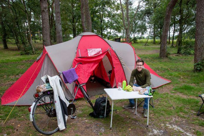 Gijs Veraart voor zijn tent op natuurcamping Quadenoord. Woensdag heeft hij hem afgebroken.