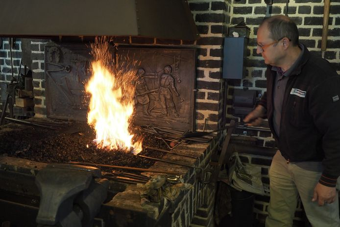 In Watou toont de smid van 't Rattekot je hoe hij vroeger met hamer en aambeeld gereedschap maakte. Doe-activiteiten zijn er voor groot en klein.