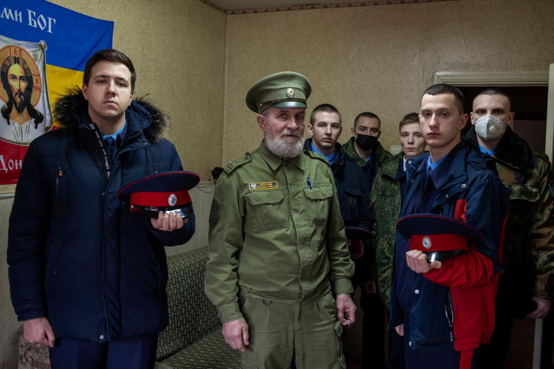 Vladimir Bardakov (met pet), leider van de regionale Kozakken: 'Mensen op het land werken hard, en dan komt die Navalny de boel opschudden. Wat denkt hij wel?' Beeld Yuri Kozyrev/Noor