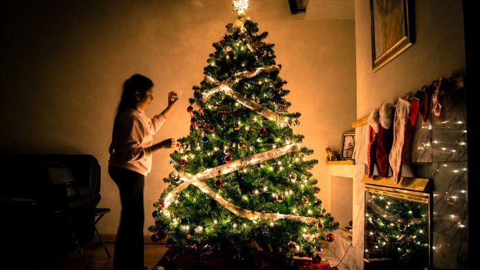 De versierde kerstboom staat al in veel huiskamers terwijl het nog sinterklaas moet worden.