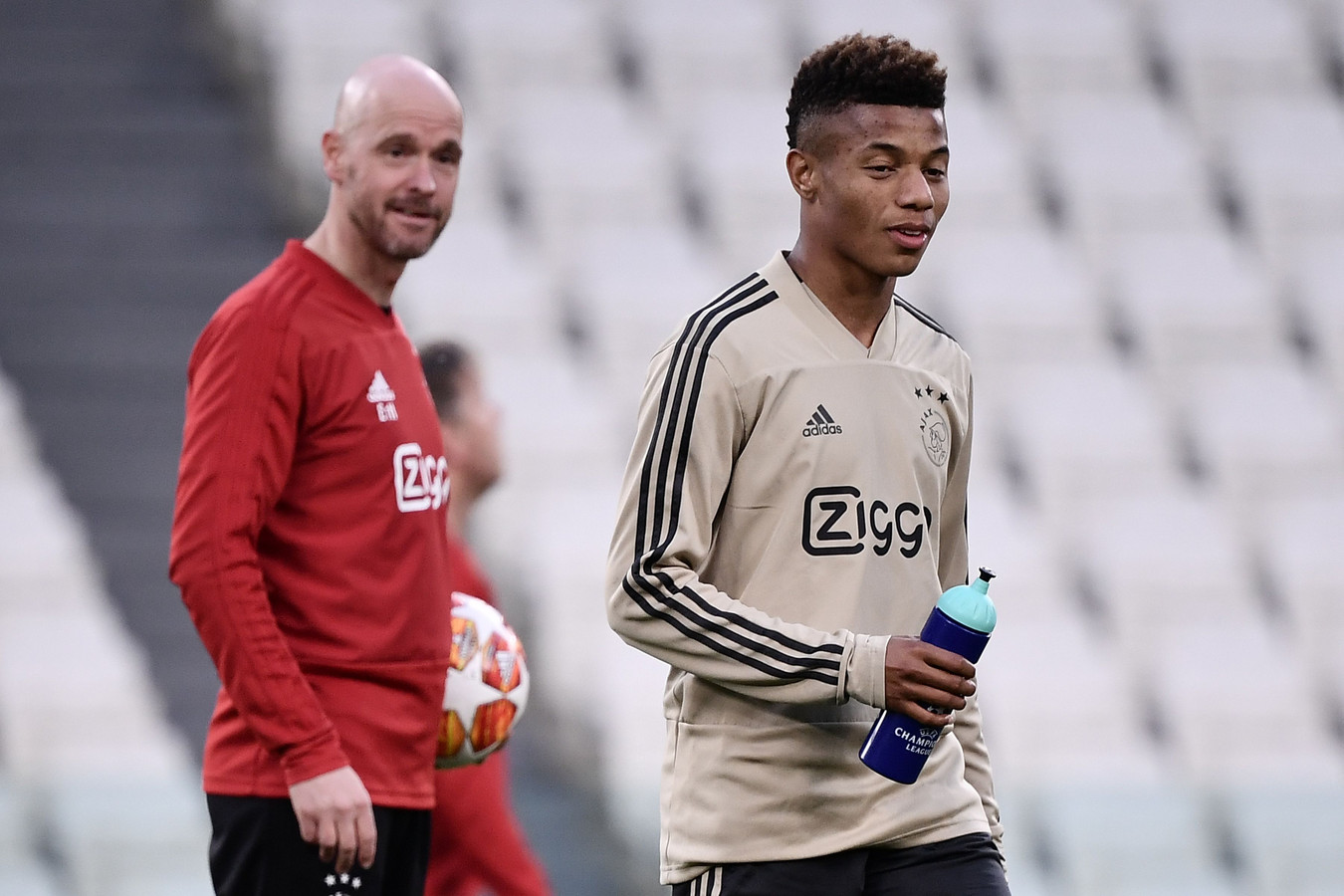Trainer Erik Ten Hag maandag op de training met David Neres.