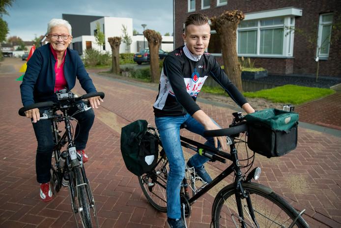 Oma Bea en haar kleinzoon Bas gaan 500 kilometer fietsen, voor het goede doel.