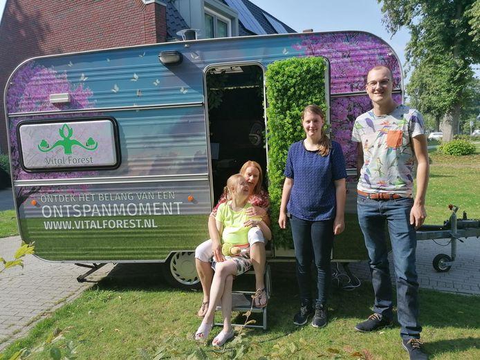 Van links naar rechts:  Bewoonster Tess Lavrijsen, Persoonlijk begeleider Ilse Kleingeld, Leerling verpleegkundige Danique van de Ven en de bedenker en ontwerper van de relaxbus Menno Brouwer