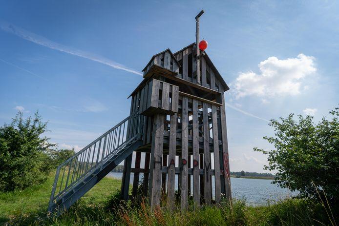 """De Mauritstoren in de Bemmelse polder. ,,Je kon vanuit de toren met een vlag of een vuurkorf waarschuwen als er iets loos was."""""""