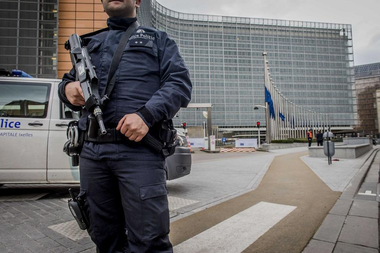 Politie aan het Berlaymont gebouw, het hoofdkantoor van de Europese Commissie. ANP JONAS ROOSENS Beeld ANP
